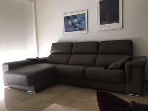 chaise lounge. En piel color gris y asientos con espuma